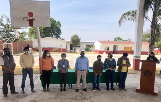 Autoridades de Nativitas reconocen a Cristofer Emiliano por su desempeño escolar