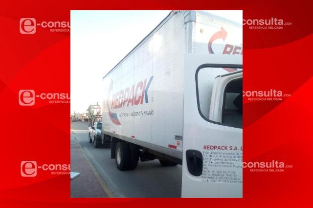 A balazos y en persecución recuperan camión de paquetería con reporte de robo