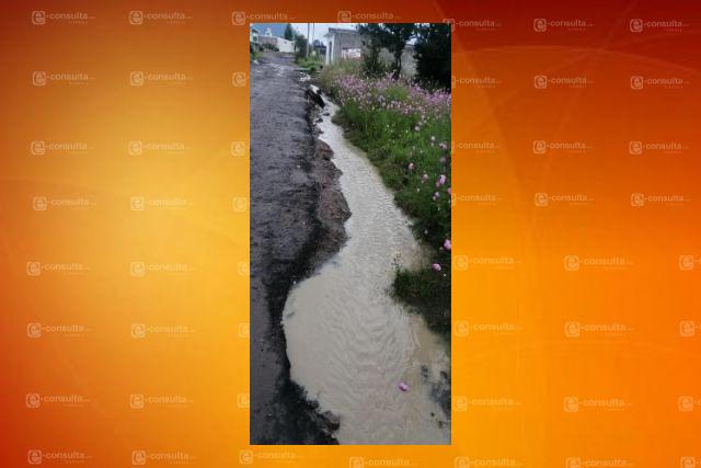 Colapsa drenaje en San Cruz Tlaxcala, piden intervención de autoridades