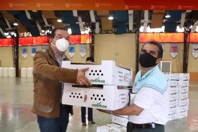 Autoridades de Huamantla entregan de paquetes de aves de traspatio