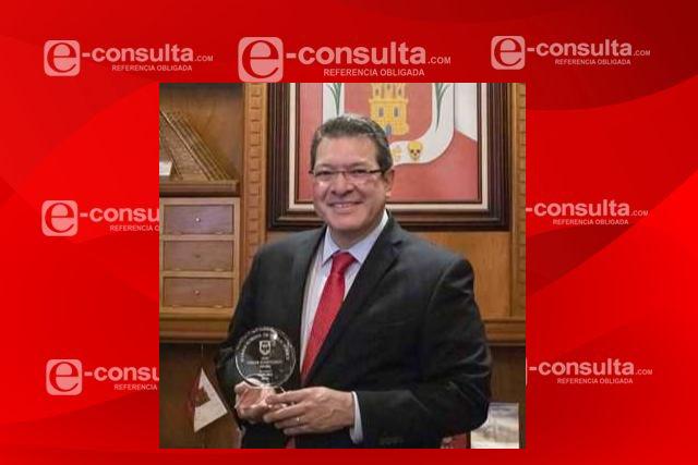 Marco Mena recibe premio al mérito profesional 2020 de la Universidad De Chicago