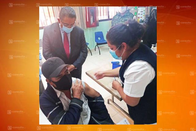 Supervisa secretario de salud aplicación de vacuna contra Covid-19 a adultos mayores