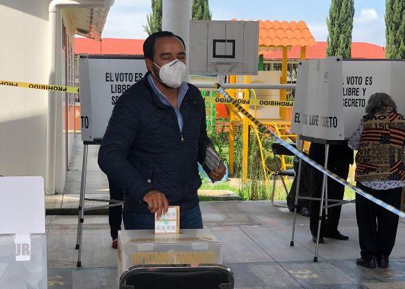 Emite su voto Pablo Badillo en el municipio de Apizaco