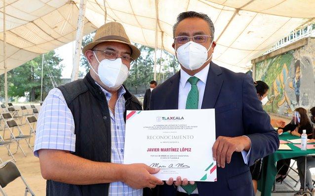 Entregan autoridades educativas reconocimientos a maestros tlaxcaltecas