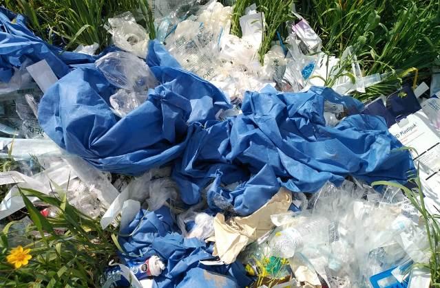 Denuncian tiradero de desechos médicos; urge retirarlos de la vía pública