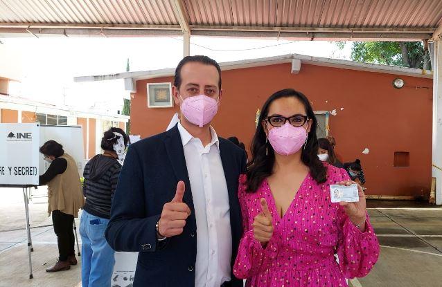 Viviana Barbosa acude a su casilla a emitir su voto
