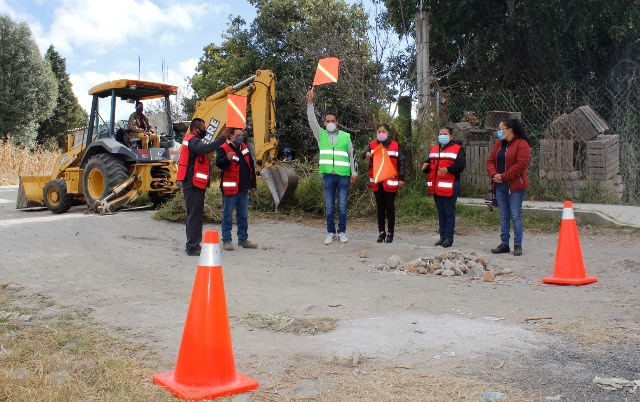 Jaime Pérez inicia la construcción de pavimento en el barrio de Quiahuixtla