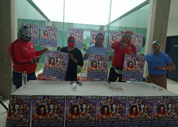 Caballero Yonca presenta cartel oficial de lucha libre en Ixtenco