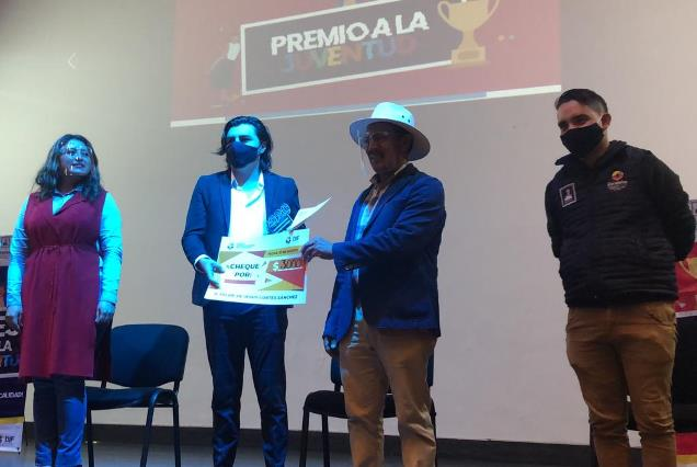 Tomás Orea entrega Premio a la Juventud en Zacatelco