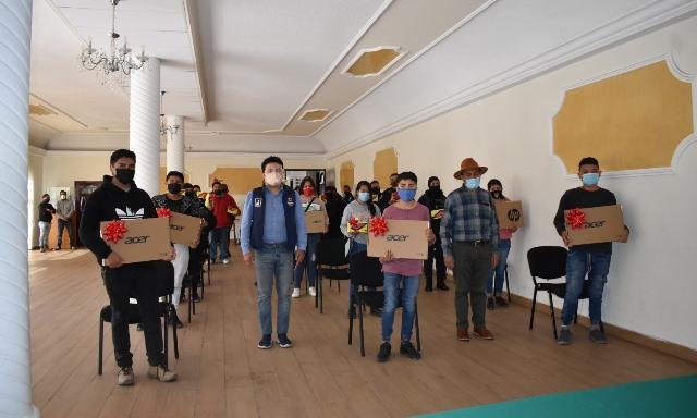 Cerca de 100 estudiantes recibieron computadoras y tablets del ayuntamiento de Zacatelco