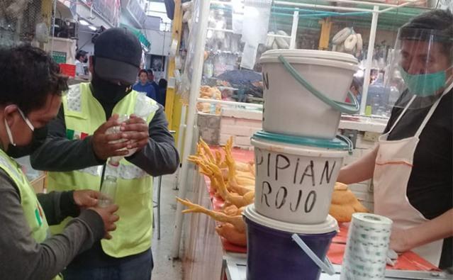 En Zacatelco intensifica aplicación de gel antibacterial en el mercado