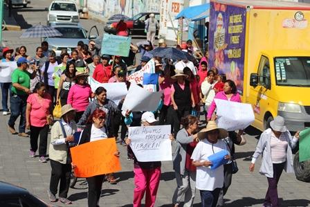 Abuelitos de Xicohtzinco realizan caminata para exigir respeto