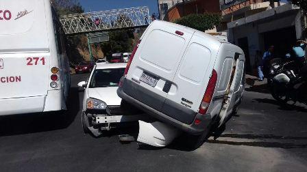 Por ganar el paso colisionaron dos vehículos en la capital