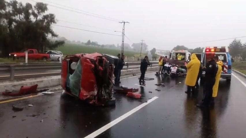 Policía bancario sufre fuerte volcadura en carretera a Texmelucan