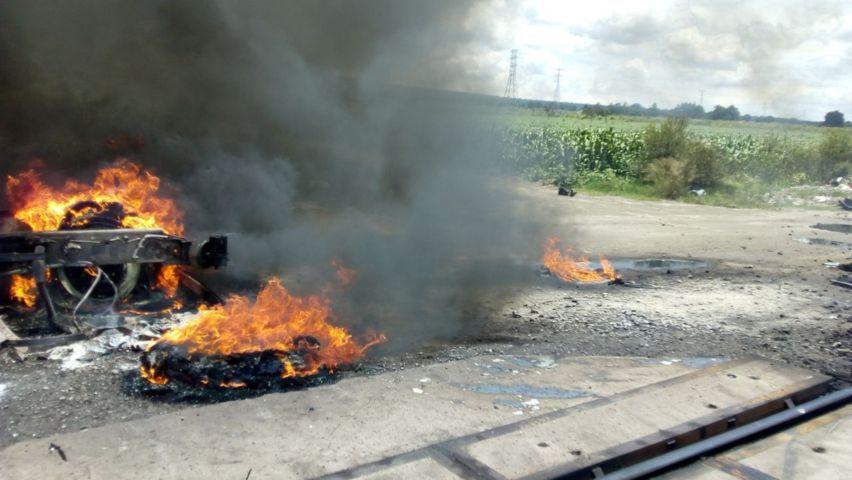 Estalla incendio del tráiler al impactarse con el tren conductor resulta lesionado