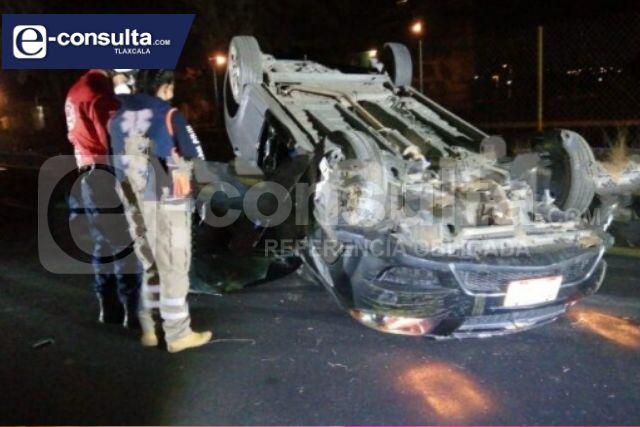 Vuelcan vehículo tipo Aveo y lo abandonan en Panotla