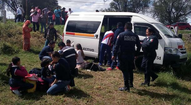 Sacan de la carretera a una colectiva; tres pasajeros lesionados