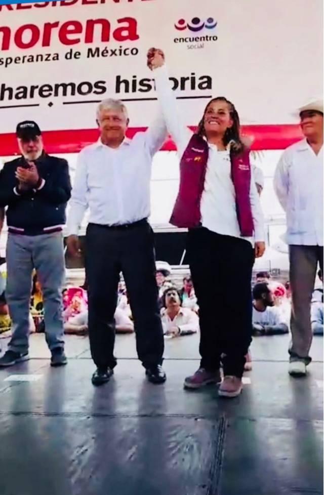 López Obrador levanta la mano a Michaelle Brito