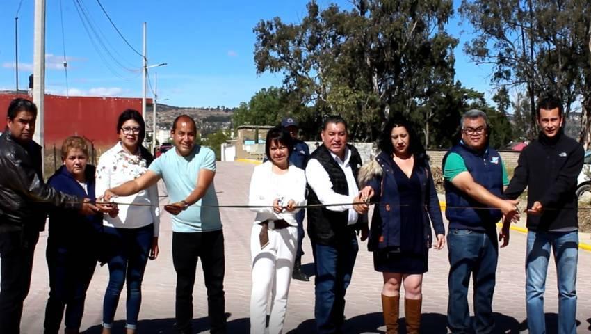 Entrega Eloy Reyes obra de adoquinamiento en Apetatitlán