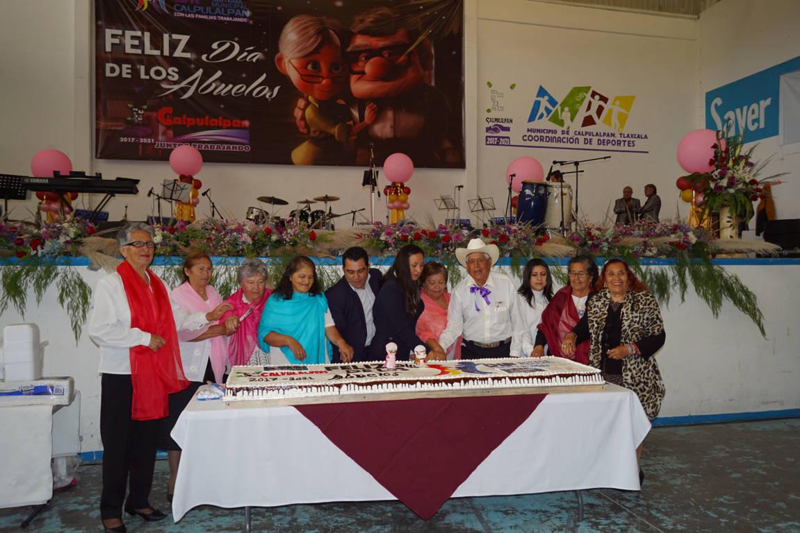 Festejan a los abuelitos de Calpulalpan con una orquesta danzonera