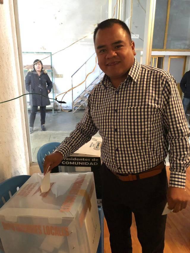 Vota Ángelo Gutiérrez en su natal Apetatitlán