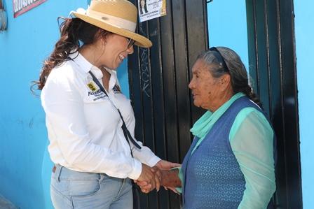 Destacan vecinos de Atlahapa la solidaridad de Alejandra Ramírez