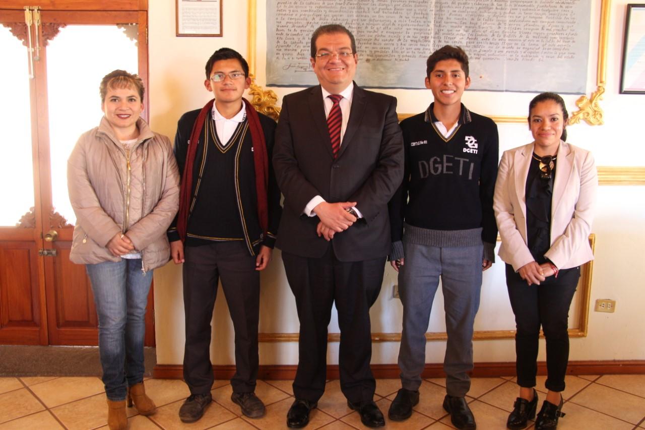 Alcalde reconoce a jóvenes que participaron en la olimpiada de matemáticas
