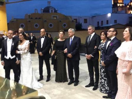 Huamantleca y ex vocero de AMLO se casan; presidente electo estuvo en la boda