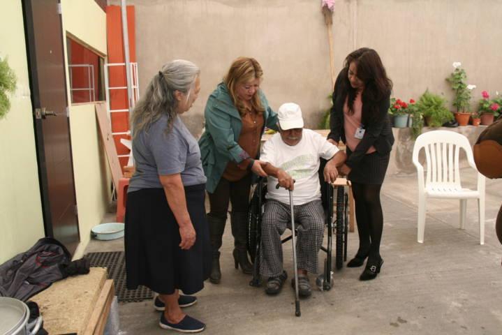Presidenta del DIF municipal entrega aparatos funcionales a grupos vulnerables