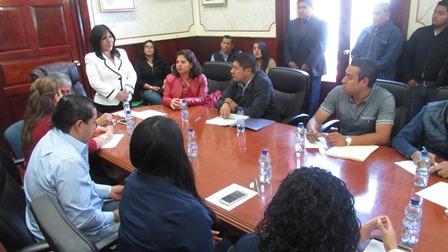 Acerca alcaldesa beneficios de salud a familias pobres