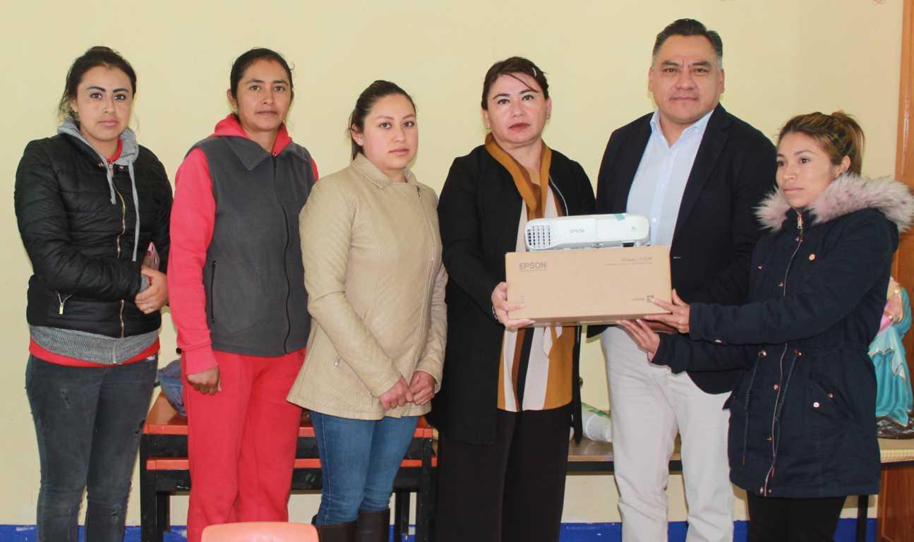 Alcalde de Tetla entrega apoyos a instituciones educativas