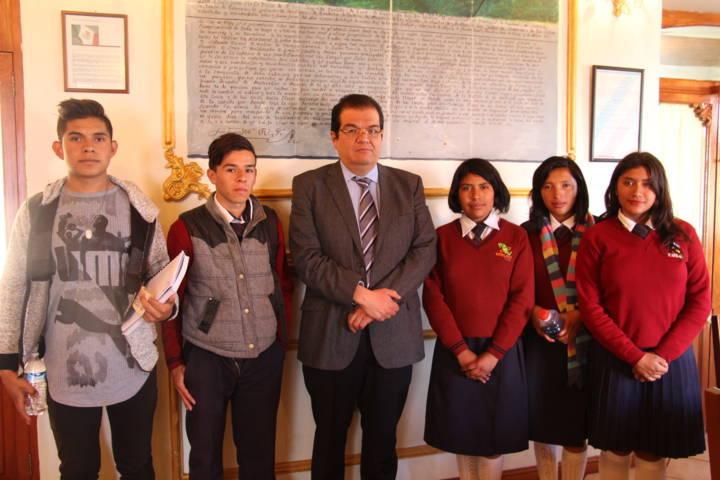 Alcalde entrega recursos económicos a alumnos del Emsad-Zaragoza