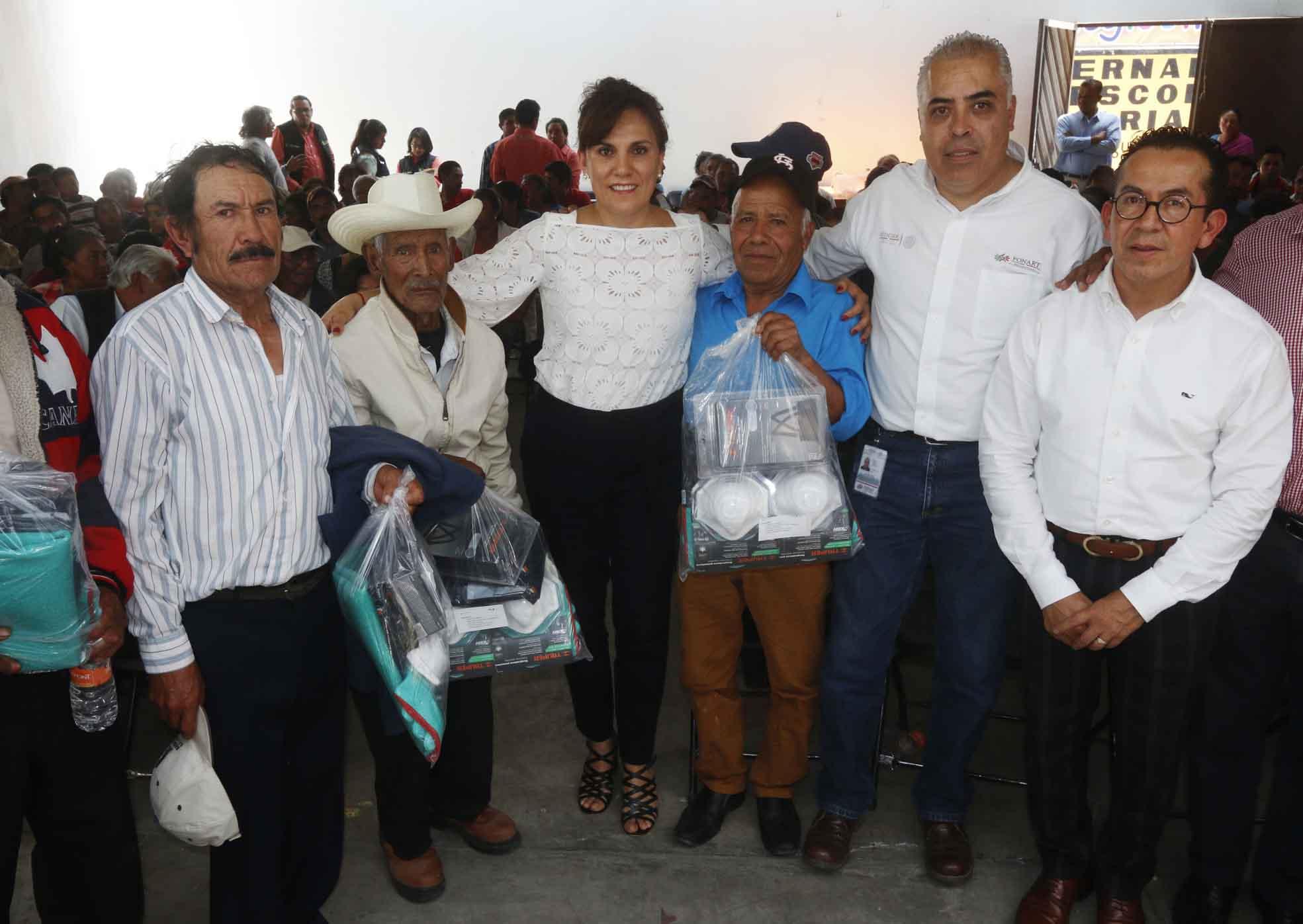 Entrega Sandra Chávez paquetes de seguridad y lentes a 300 artesanos