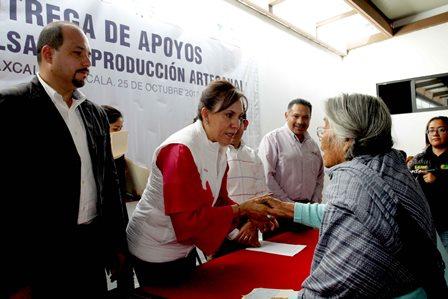 Entregan apoyos económicos a 236 familias de artesanos