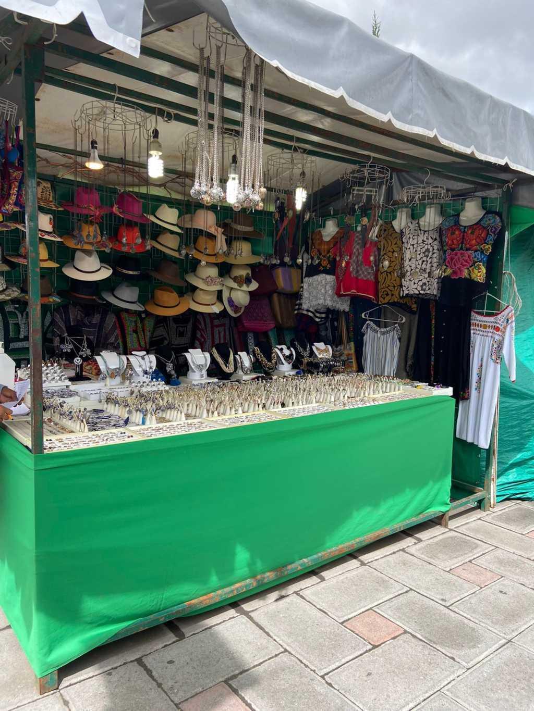 Continúan reubicados artesanos en Plaza Juárez temporalmente