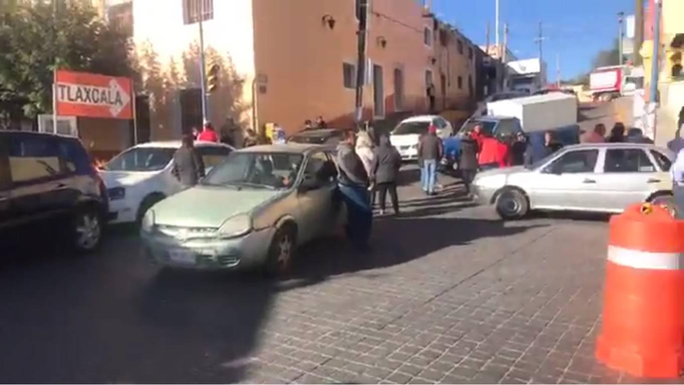 Burócratas generan caos vial al exigir pago a alcalde de Apetatitlán
