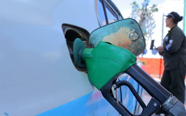 Cínico alcalde de Apetatitlán, le llena el tanque de gasolina a su familia