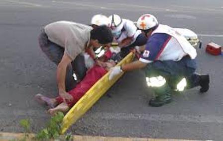Mujer es atropellada y luego sufre el robo de su bolso