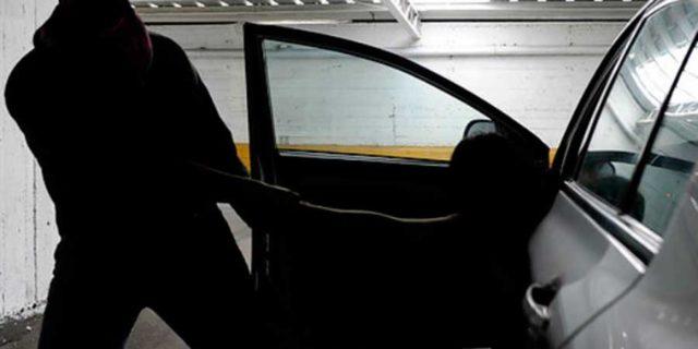 Roban camioneta ¡con su propietario durmiendo en el interior! en Xiloxoxtla