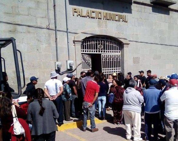 Regidor acusado de asaltante provoca que cierren la presidencia