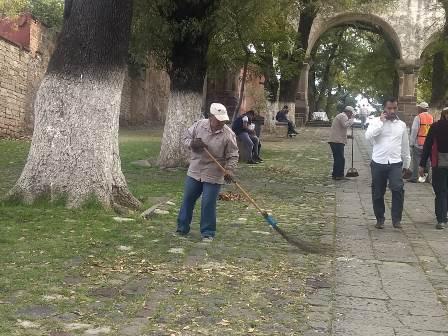 Dan mantenimiento en los alrededores del ex convento de San Francisco