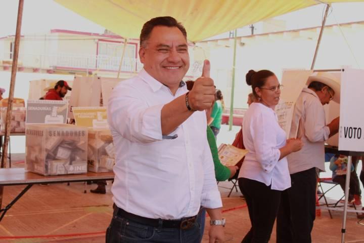 Eleazar Molina emitió su voto en la comunidad de Atexcatzinco
