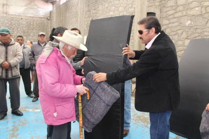 Ayuntamiento y SMDIF entregaron 30 paquetes invernales a grupos vulnerables