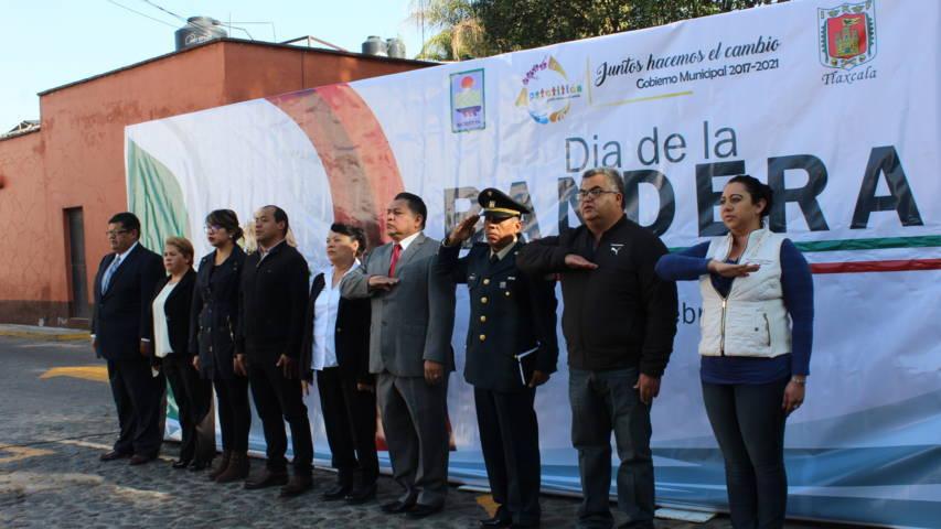 Acompañado de autoridades militares Encabeza Eloy Reyes Día de la Bandera