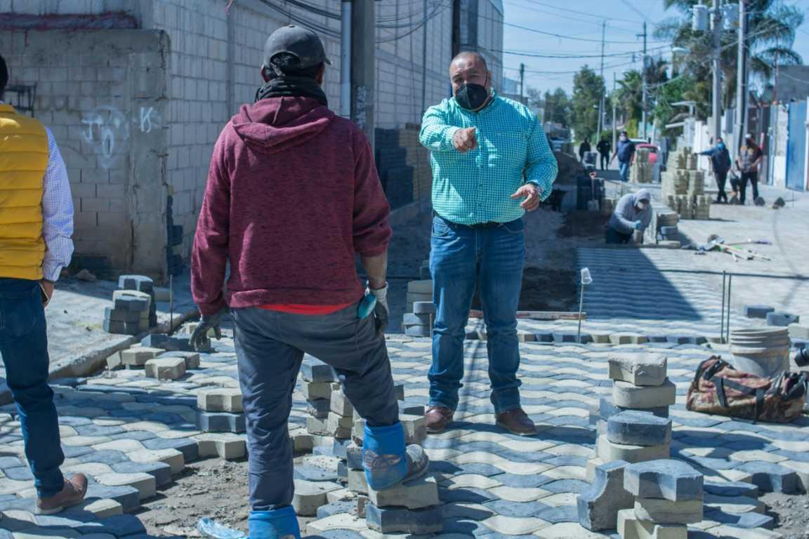 Supervisa alcalde de Xicohtzinco pavimentación en calle Girasoles