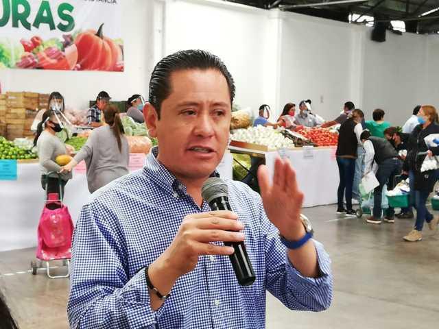 Un éxito el primer supermercado en Nanacamilpa, todo al 50% de su costo real