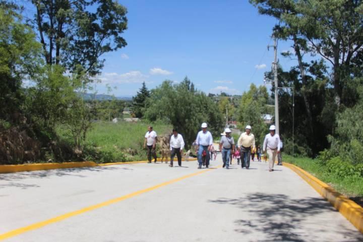 Alcalde de Nativitas entrega guarniciones en la calle Barranca