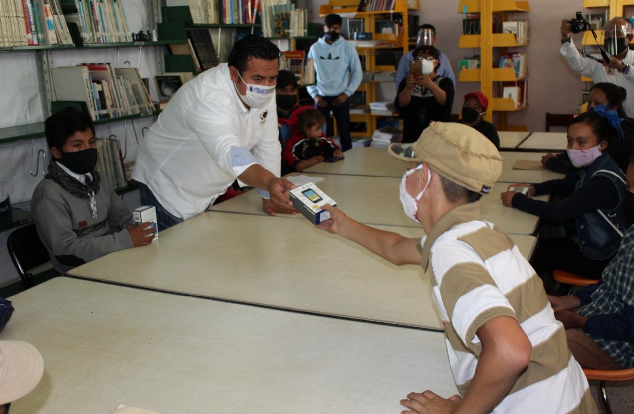 Arturo Rivera entrega celulares a estudiantes de escasos recursos