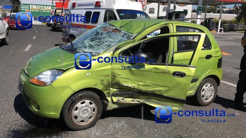 Impactan a vehículo compacto en La Virgen y vuelca, hay un herido
