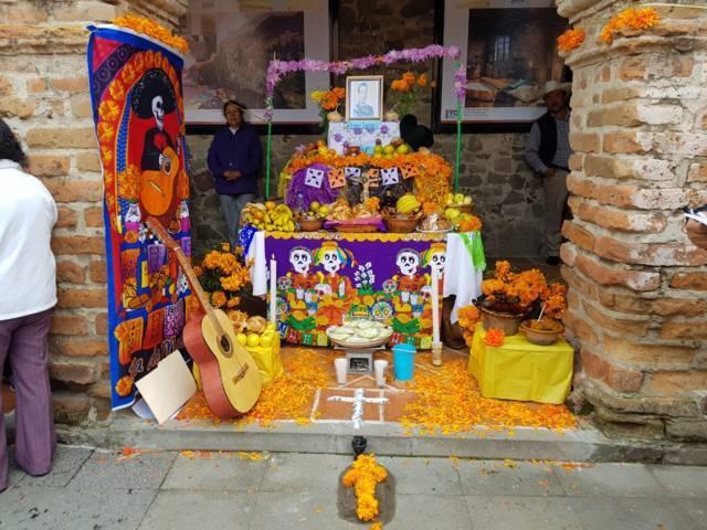 Preserva Hueyotlipan tradiciones en Día de Muertos con concurso de ofrendas